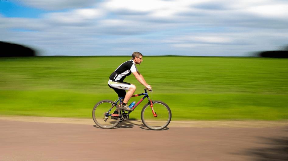 Hombre ciclista en aire libre